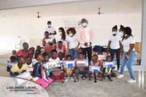 Sakassou : Une fondation offre 700 kits scolaires aux écoliers orphelins et parents démunis
